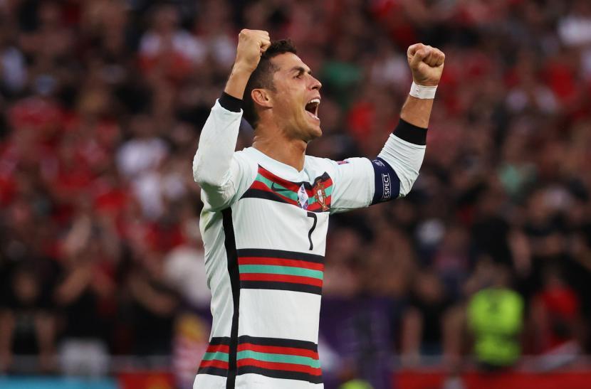Cristiano Ronaldo merayakan setelah pertandingan sepak bola babak penyisihan grup F UEFA EURO 2020 antara Hongaria dan Portugal di Budapest, Hongaria, 15 Juni 2021.