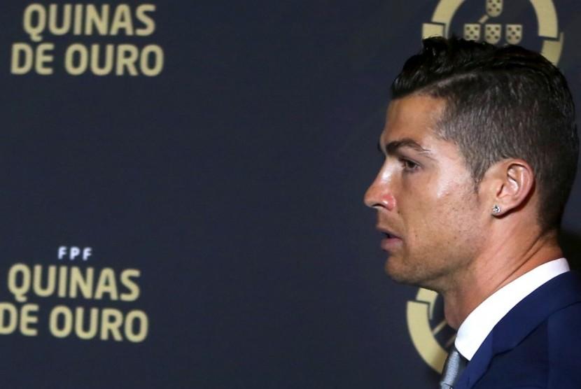 Cristiano Ronaldo saat menerima penghargaan Pemain Terbaik Portugal.
