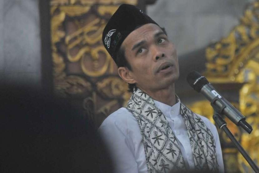 Dai Ustad Abdul Somad memberikan tausyiah pada Doa dan Tasyakuran Pilkada Damai di Masjid Assaadah Polda Sumsel, Palembang, Jumat (3/8).