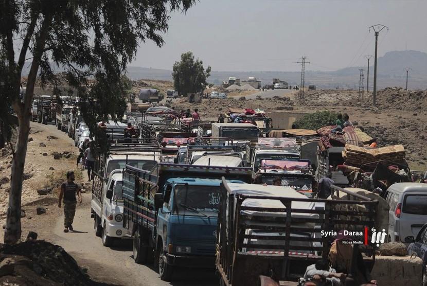 Dalam foto pada Kamis (28/6) yang dipasok oleh Nabaa Media, media oposisi Suriah, tampak warga eksodus meninggalkan Daraa, selatan Suriah.