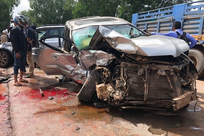 Dalam foto yang disediakan oleh Polisi Nasional Kamboja, terlihat mobil yang dikendarai Pangeran Kamboja Norodom Ranariddh rusak parah di bagian depan setelah tabrakan dengan kendaraan lain di luar Sihanoukville, Kamboja pada Minggu, 17 Juni 2018. Ranariddh terluka parah dalam kecelakaan itu, sementara istrinya tewas. Kecelakaan tersebut juga melukai sedikitnya tujuh orang lainnya.