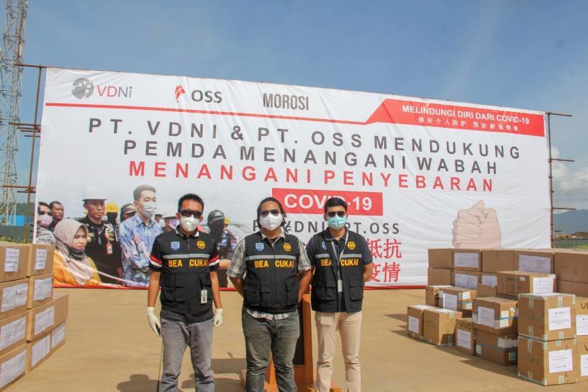 Dalam rangka mempercepat penanganan pandemi Covid-19, Bea Cukai Kendari memberikan berbagai kemudahan untuk importasi alat pelindung diri, alat kesehatan, dan obat-obatan untuk masyarakat.  Pada Selasa (14/04), PT OSS dan PT VDNI yang berada di wilayah pengawasan Bea Cukai Kendari memberikan bantuan alat kesehatan berupa masker, alat pelindung diri (APD), ventilator, dan thermo gun kepada Pemerintah Provinsi Sulawesi Tenggara.