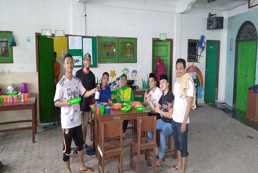 Dalam rangka menyambut ramadhan, pemuda yang berhimpun dalam Prima DMI Kabupaten Samosir bersama mahasiswa Universitas Islam Sumatra Utara sedang KKN melaksanakan kegiatan bersih-bersih masjid pada pagi hari Ahad, (5/5).