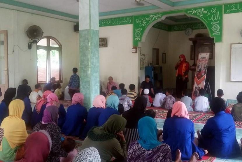 Dalam rangka pengembangan kreatifitas dan keterampilan, Relawan Rumah Zakat Sumatera Barat membuka program Rumah Nusantara yang dilaksanakan di Masjid Al - Ikhlas, Pasir Muara Ganting, Kel.Prp Tabing, Padang.