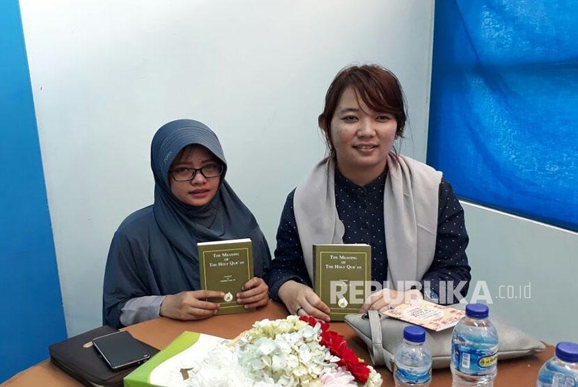 Danalia Permatasari (26 tahun) kanan dan Novita Luciana (25 tahun) kiri, usai bersyahadat di bimbing oleh Dr Zakir Naik, yakin masuk Islam setelah melihat ceramah Zakir Naik, di Youtube.
