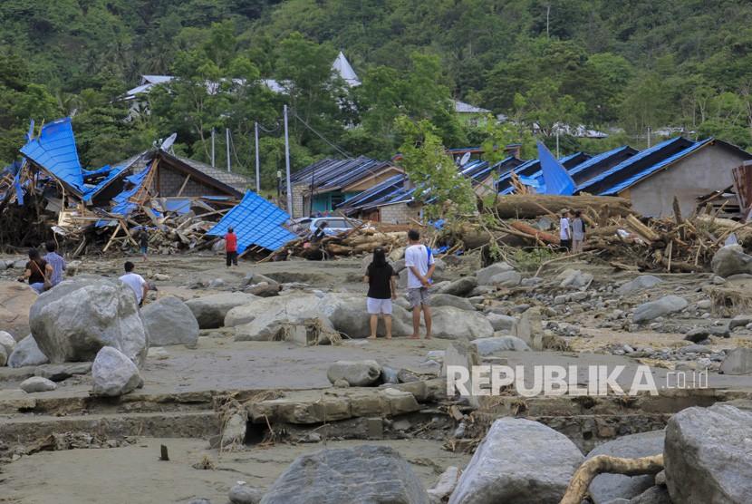 Dampak Banjir Bandang Sentani. Sejumlah warga melihat rumah yang rusak akibat banjir bandang di Sentani, Kabupaten Jayapura, Papua, Ahad (17/3/2019).