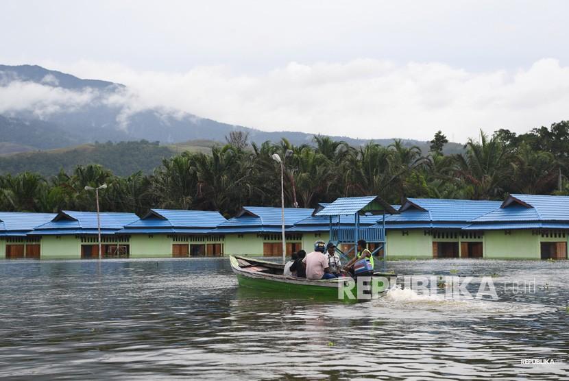 Dampak Banjir Bandang Sentani. Warga mengungsi dari permukimannya yang dilanda banjir bandang di sekitar Danau Sentani, Sentani, Jayapura, Papua, Selasa (19/3/2019).