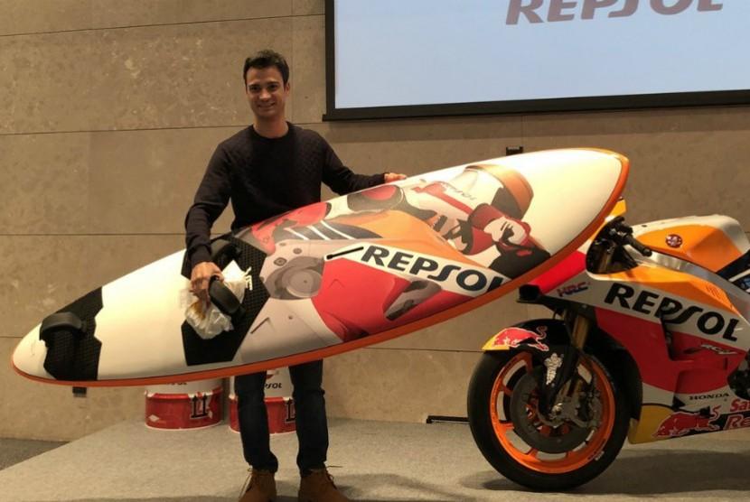 Dani Pedrosa saat menerima hadiah dari tim Repsol Honda.