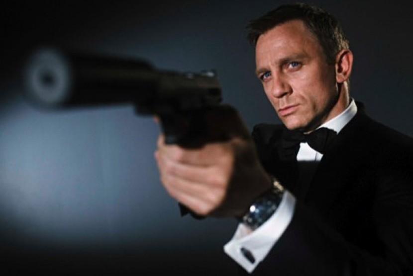 Daniel Craig berperan sebagai James Bond.