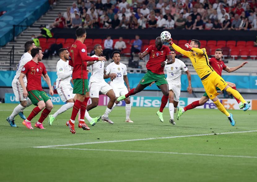Danilo Pereira (2-kanan) dari Portugal beraksi melawan Kiper Hugo Lloris (kanan) dari Prancis selama pertandingan sepak bola babak penyisihan grup F UEFA EURO 2020 antara Portugal dan Prancis di Budapest, Hongaria, 23 Juni 2021.