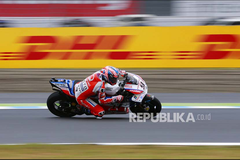 Danilo Petrucci mengontrol Ducatinya di tikungan Sirkuit Motegi