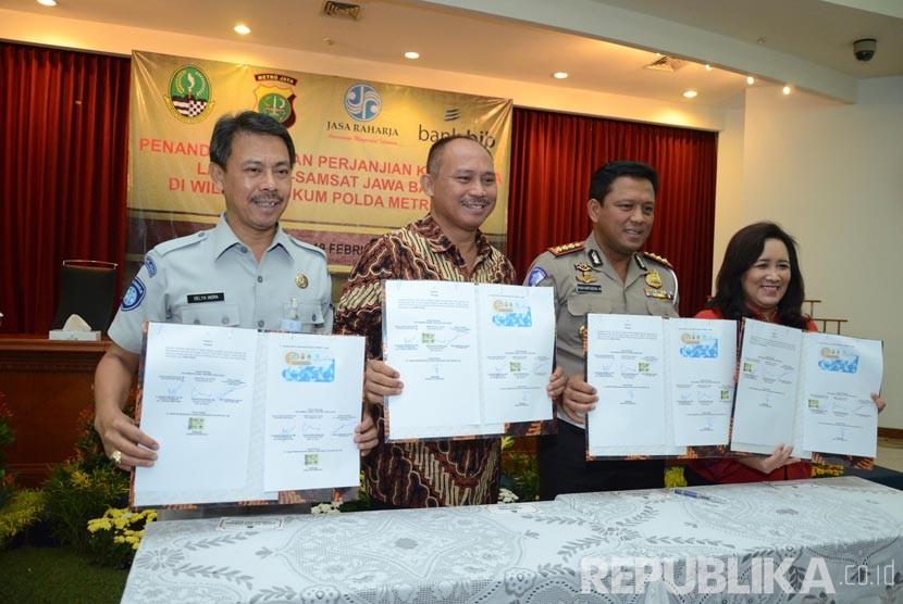 Dari kanan ke kiri, Direktur Komersial Bank Bjb Suartini, Dirlantas Polda Metro Jaya Risyapudin Nursin, Kepala Dinas Pendapatan Provinsi Jabar Dadang Suharto, dan Kepala Cabang PT Jasa Raharja (Persero) Jabar Deliya Indra menandatangani perjanjian kerja sa