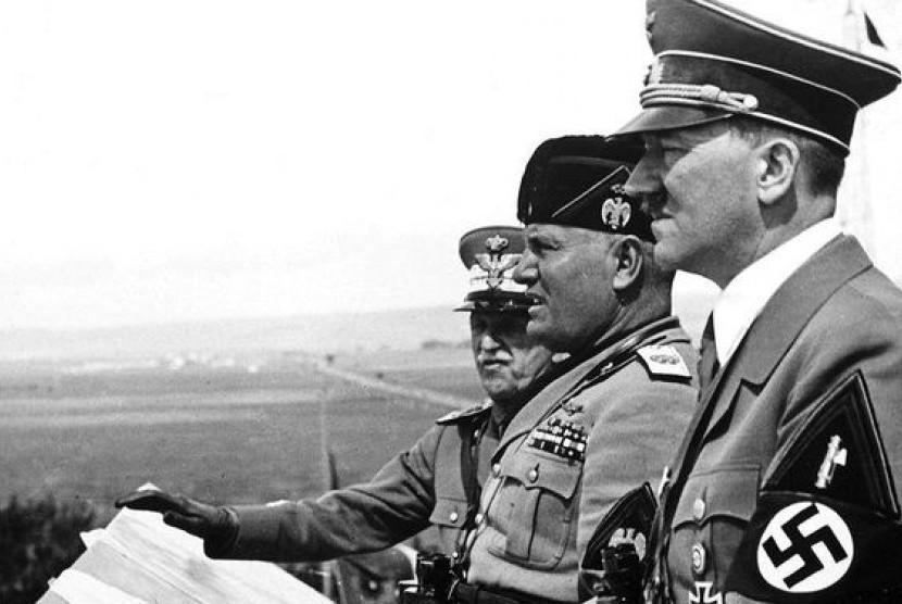 Dari kanan ke kiri: Hitler, Musolini, dan Raja Victor Emmanuel.