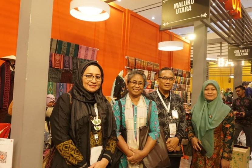 Dari kiri ke kanan Anitawati, Ari Anggari Harapan (Anggota Tim Pengmas UI), Dwi Tugas Waliyanto (Kepala BI cabang Maluku Utara), dan Ade Solihat (Ketua Tim Pengmas UI)