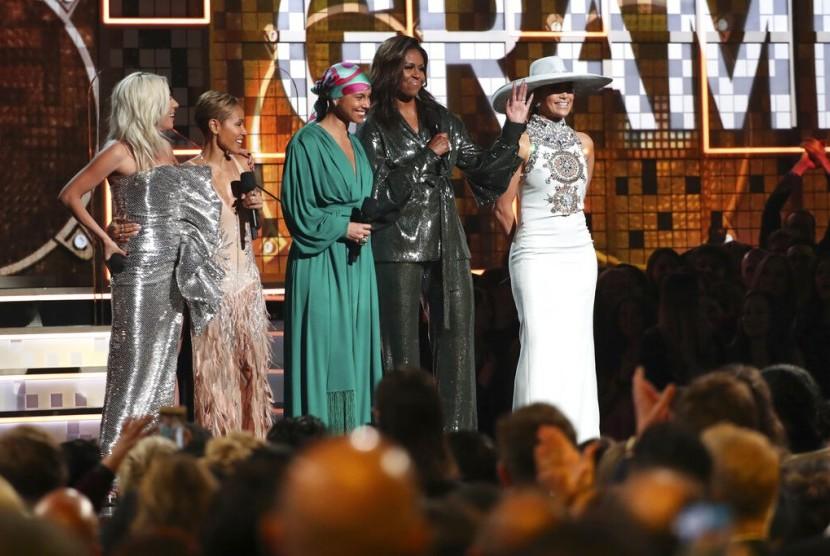Dari kiri ke kanan, Lady Gaga, Jada Pinkett Smith, Alicia Keys, Michelle Obama, dan Jennifer Lopez saat Grammy Awards ke-61 di Los Angeles, Ahad (10/2).