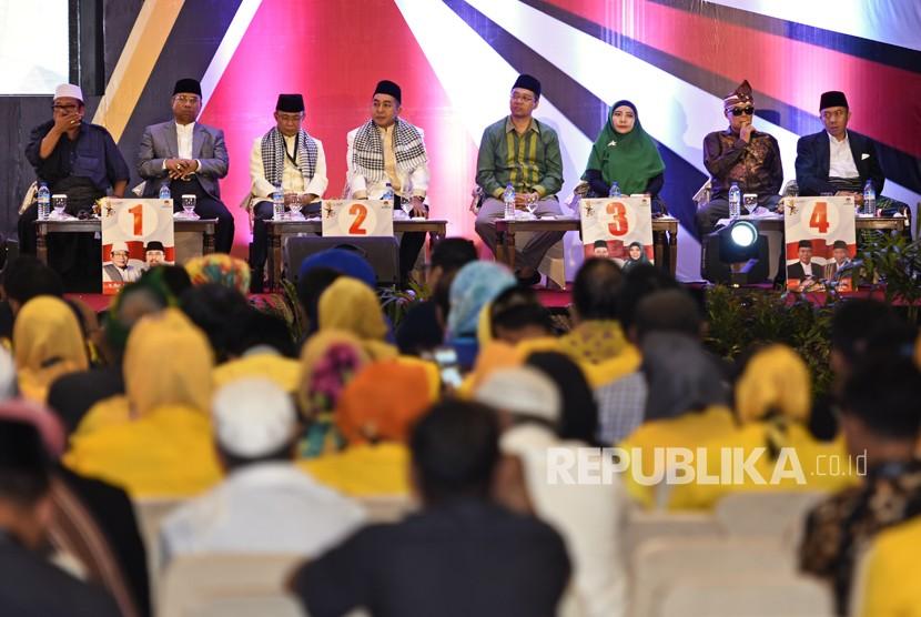 Dari kiri ke kanan pasangan Cagub-Cawagub Pilgub NTB 2018 Suhaili-Amin, Ahyar-Mori, Zul-Rohmi dan Ali-Sakti saat menghadiri rapat pleno pengundian nomor urut Pilkada NTB di Hotel Lombok Raya, Mataram, NTB, Selasa (13/2).