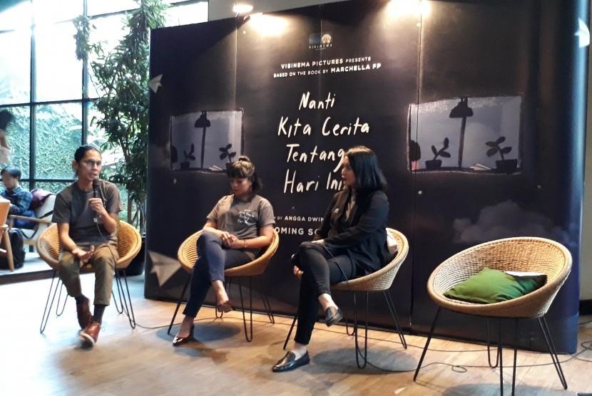 Dari kiri ke kanan, sutradara Angga Dwimas Sasongko, produser Anggia Kharisma, dan penulis buku Nanti Kita Cerita Tentang Hari Ini (NKCTHI), Senin (11/2). Visinema Pictures akan memfilmkan buku NKCTHI.