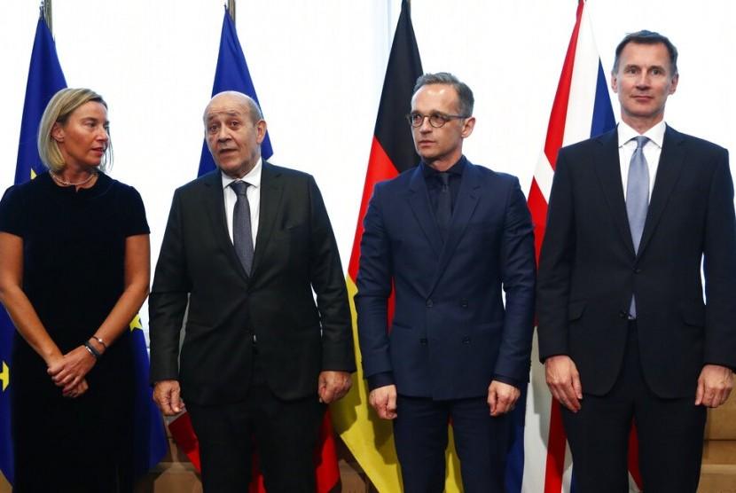 Dari kiri, Kepala Kebijakan Luar Negeri Uni Eropa Federica Mogherini, Menteri Luar Negeri Prancis Jean-Yves Le Drian, Menteri Luar Negeri Jerman Heiko Maas, dan Menteri Luar Negeri Inggris Jeremy Hunt berpose sebelum pertemuan Dewan Eropa di Brussels, Senin (13/5).