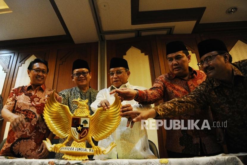 dari kiri) Ketua PBNU Hanif Gofur, Waketum PBNU Maksum, Ketua Umum PBNU Said Aqil Siroj, Sekjen PBNU Helmi Faizal Zaini dan Ketua PBNU Saifullah Yusuf berbincang usai mengelar konferensi pers di Jakarta, Senin (30/5).
