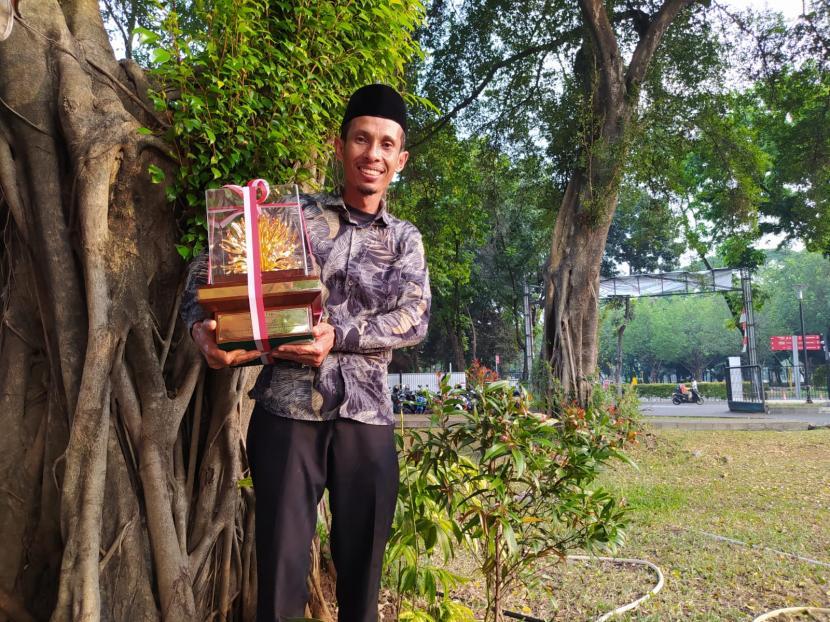 Darmawan Denassa, pendiri Rumah Hijau Denassa, memegang piala Kalpataru 2021 yang diperolehnya untuk kategori Perintis Lingkungan.