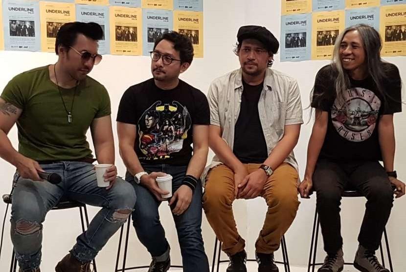 David (Vokal), Pepeng (Drum), Emil (Bass), Jarwo (Gitar). Personil grup Naif tetap kompak di usianya yang ke 23 tahun.