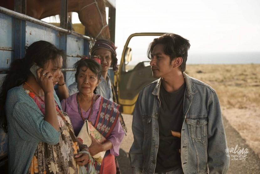 Dea Panendra (paling kiri) di salah satu adegan film Marlina si Pembunuh dalam Empat Babak.