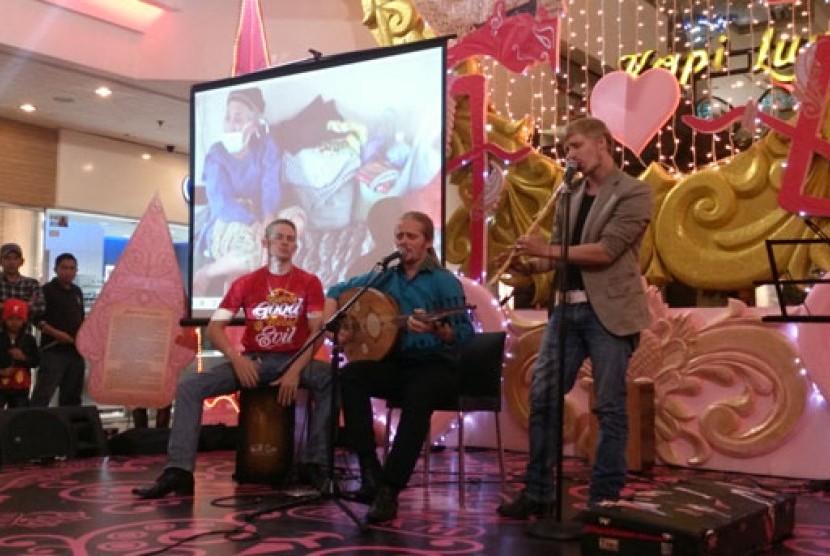 Debu tampil di acara malam kepedulian Kelud yang digelar  ACT