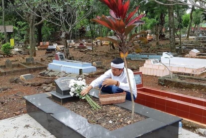 Dedi Mulyadi berziarah ke makam ibunda di Subang, Selasa (26/6). Foto: Itan Nina Winarsih/Republika