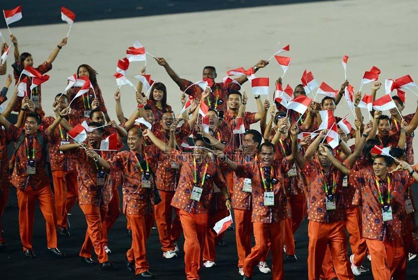 Defile kontingen Indonesia saat upacara pembukaan SEA Games ke-27 di Wunna Theikdi Sport Stadium, Naypyitaw, Myanmar, Rabu (11/12).  (Republika/Edwin Dwi Putranto)