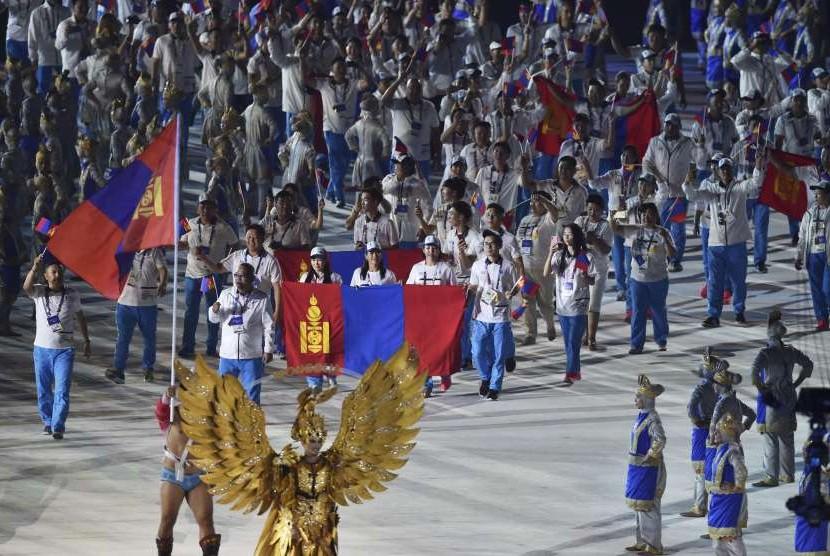 Defile kontingen Mongolia saat Pembukaan Asian Games ke-18 Tahun 2018 di Stadion Utama Gelora Bung Karno, Senayan, Jakarta, Sabtu (18/8).