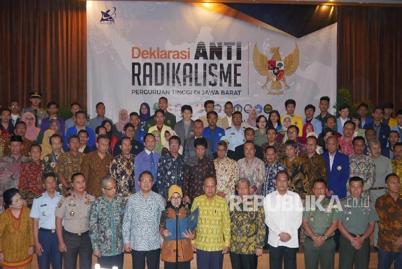 Deklarasi Antiradikalisme yang diikuti puluhan Perguruan Tinggi di Jawa Barat, yang didikuti oleh para pejabat, rektor, dan mahasiswa, di Graha Sanusi Kampus Unpad, Kota Bandung, Jumat (14/7).
