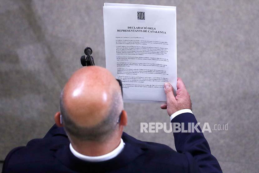 Deklarasi kemerdekaan Katalunya ditandatangani anggota pemerintahan regional Catalan di gedung parlemen Katalunya di Barcelona, Spanyol.