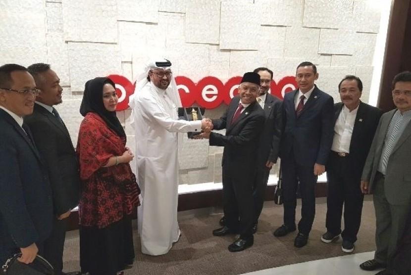 Delegasi DPR bersama Dubes RI untuk Qatar M Basri Sidehabi usai bertemua Chief Executive Officer (CEO) Ooredoo International Group (OIG), Waleed Muhammad Al A Sayeed, di Doha, Qatar Selasa (21/3).