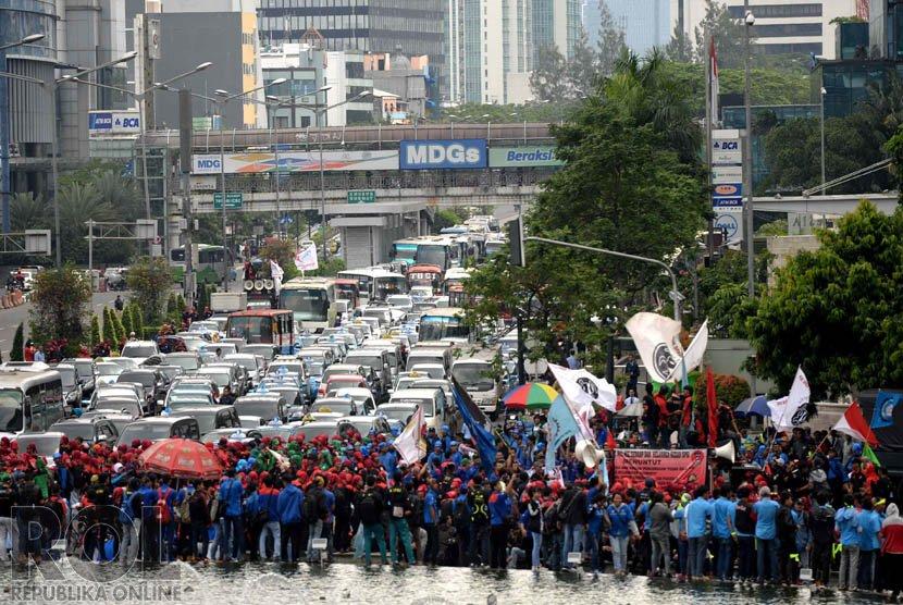 Demo Buruh. Kemacetan panjang kendaraan di Jalan Sudirman imbas massa buruh berunjuk rasa di Bundaran Hotel Indonesia, Jakarta, Rabu (10/12)