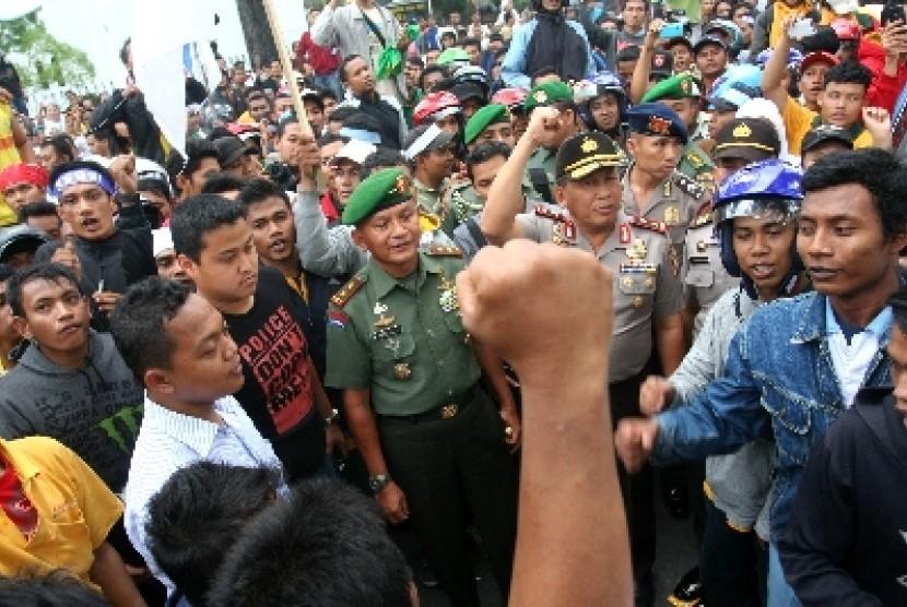 Demo Buruh Menuntut Penerapan UMK