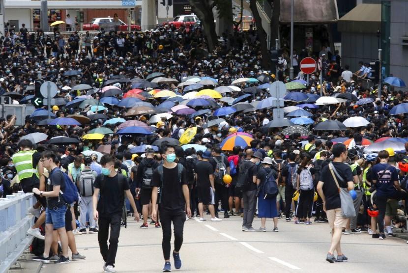 Demonstran berkumpul di jalanan dekat kantor pemerintahan di Hong Kong, Jumat (21/6). Ratusan demonstran yang kebanyakan mahasiswa memblokir jalan menuntut pemimpin Hong Kong mundur.