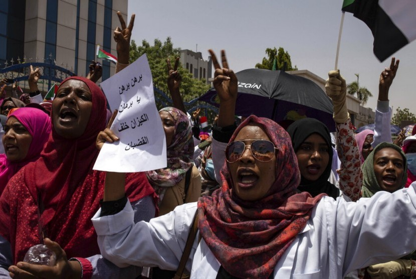 Demonstran dari profesi medis berunjuk rasa dan menduduki Armed Forces Square, di Khartoum, Sudan, Rabu (17/4).