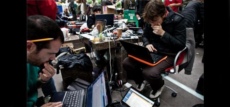 Demonstran geek sekaligus relawan untuk dewan internet dan informasi #OccupyWallStreet. Mereka menayangkan aksi dari media center beramunisi hotspot 3G, 4G dan Wi-Fi.