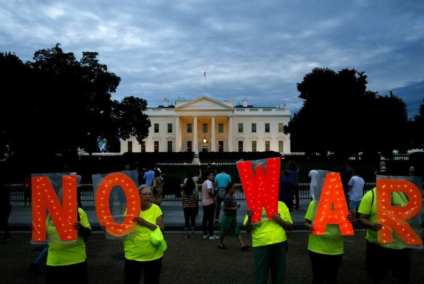 Demonstran memegang tulisan 'No War' atau 'Katakan tidak pada Perang' di luar Gedung Putih, Kamis (20/6), setelah Presiden AS Donald Trump mengatakan Iran membuat kesalahan besar setelah menembak jatuh drone pengintai di Selat Hormuz di Iran.