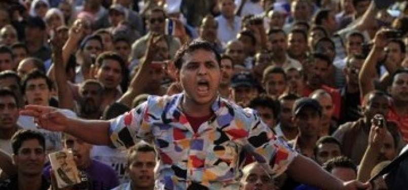 Demonstran meneriakkan slogan-slogan reformasi di Lapangan Tahrir, Kairo, Mesir.