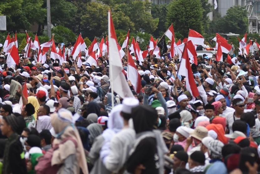 Demonstran menggelar Aksi 22 Mei di depan gedung Bawaslu, Jakarta, Rabu (22/5/2019). Aksi unjuk rasa itu dilakukan menyikapi putusan hasil rekapitulasi nasional Pemilu 2019.