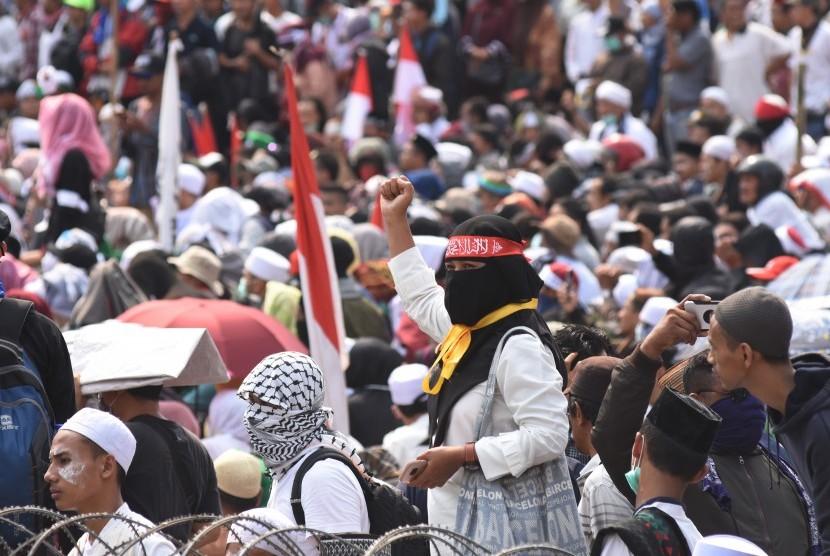 Demonstran menggelar Aksi 22 Mei di depan gedung Bawaslu, Jakarta, Rabu (22/5/2019).