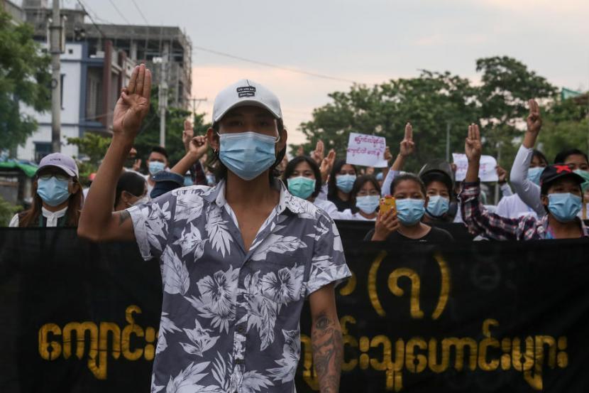 Demonstran menunjukkan salam tiga jari dalam aksi menentang kudeta militer di Mandalay, Myanmar pada 3 Mei 2021.