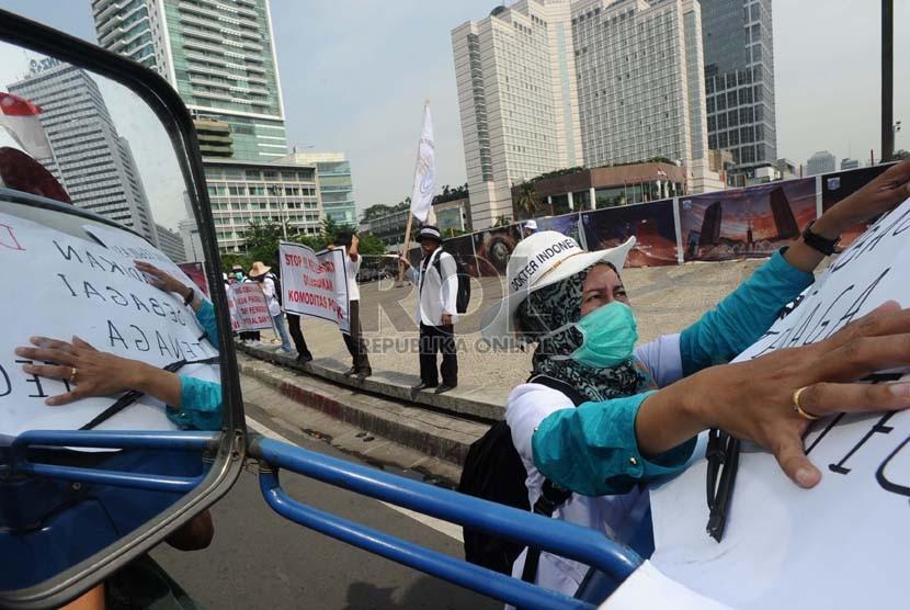 Demonstran yang tergabung dalam Dokter Indonesia Bersatu (DIB) melakukan aksi damai di Bundaran HI, Jakarta, Kamis (24/10). (Republika/ Tahta Aidilla)