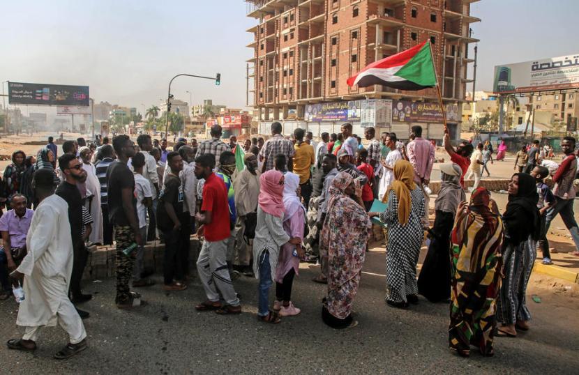 Demonstrasi di Khartoum, Sudan untuk menentang kudeta militer terjadi pada Senin (25/10). Jenderal tinggi Sudan Abdel Fattah al-Burhan menjelaskan alasan dilakukannya kudeta.