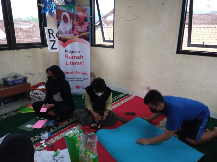 Dengan kreatifitas yang dimiliki anggota Omah Bening Rumah Baca di Desa Bojanegara membuat kreasi majalah dinding.
