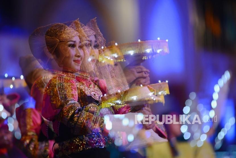 Dengan menggunakan mode multiple eksposure santri menarikan tarian kolosal saat pembukaan MTQ Nasional Ke-XXVI di Islamic Center Kota Mataram, Nusa Tenggara Barat, Sabtu (30/7) malam.