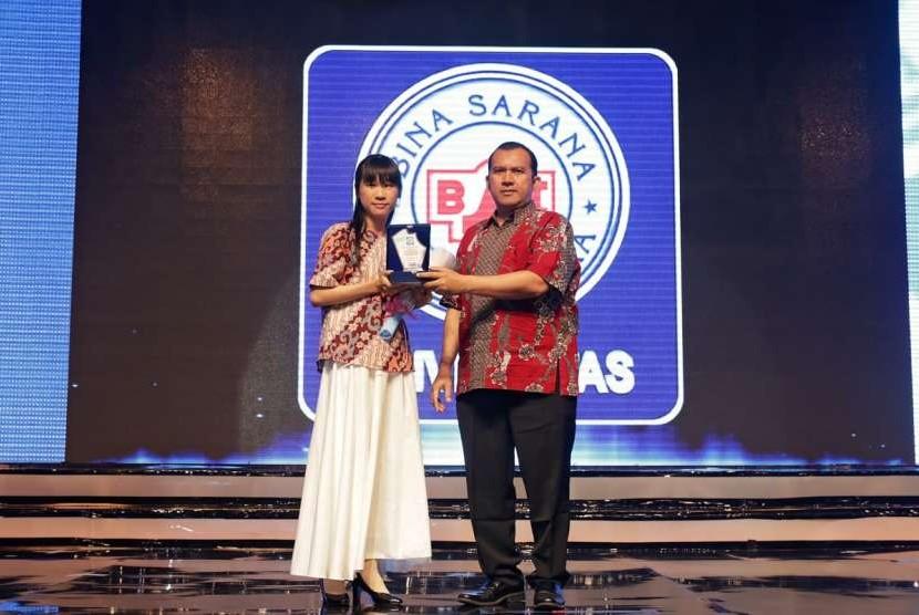 Denly Tan saat diberikan penghargaan oleh Denly Tan dari UBSI.