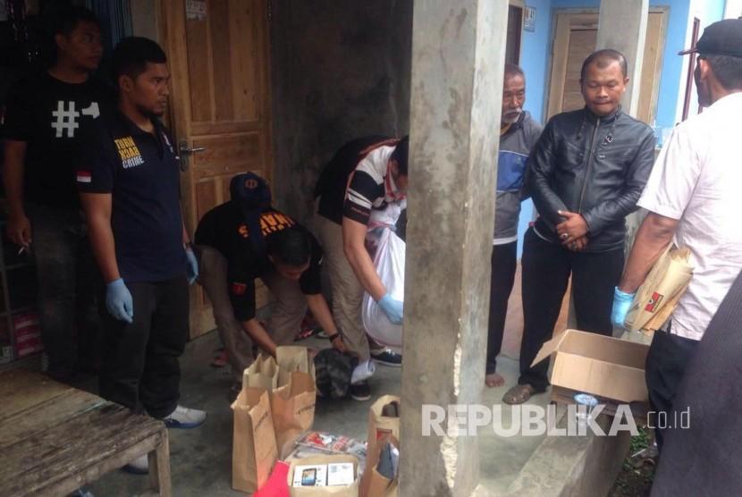 Densus 88 Antiteror, Bersama Brimob Polda Jabar serta Polres Bandung melakukan penggeledahan dikontrakan salah satu terduga pelaku teroris, di Kampung Sirnagalih, Desa Sekarwangi, Kecamatan Soreang, Kabupaten Bandung, Senin (26/12).