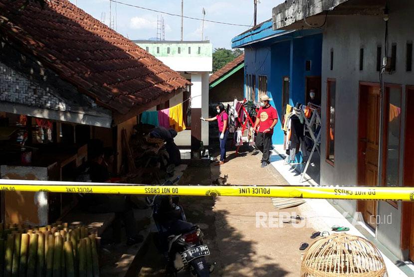 Densus 88 Antiteror Mabes Polri kembali menggeledah rumah berwarna cat putih milik terduga teroris berinisial M yang terkait bom bunuh diri di Kampung Melayu di Kampung Sindangsari RT 05 RW 21, Desa Cileunyi Wetan, Kecamatan Cileunyi, Kabupaten Bandung (7/6).